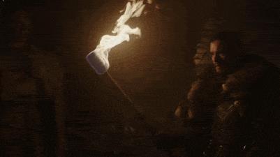 GIF di Jon Snow che guarda la statua del padre nella Cripta di Grande Inverno