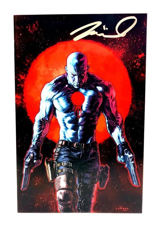 Disegno a figura intera di Bloodshot con pistole in mano e sembianze di Vin Diesel