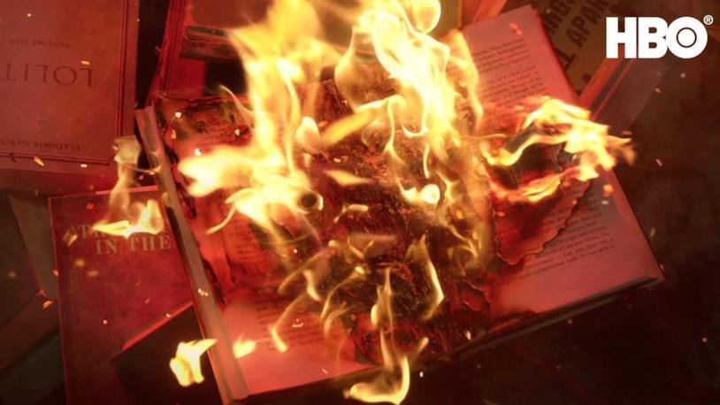 Il falò dei libri cartacei in una scena di Fahrenheit 451