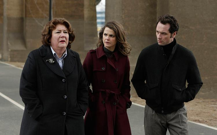 Claudia, Elizabeth e Philip in una scena di The Americans