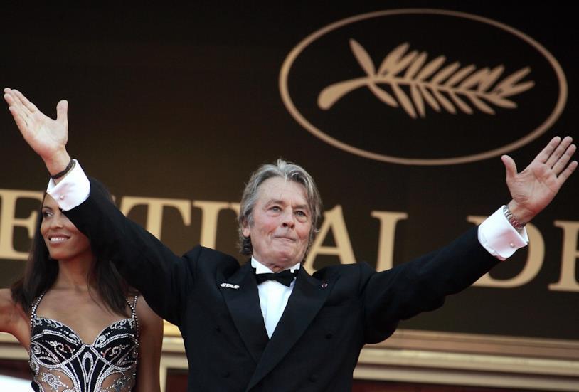 Alain Delon saluta il pubblico a Cannes