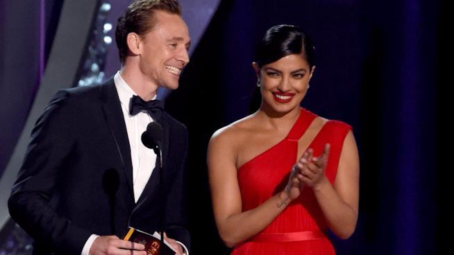 Tom Hiddleston e Priyanka Chopra sul palco degli Emmy 2016