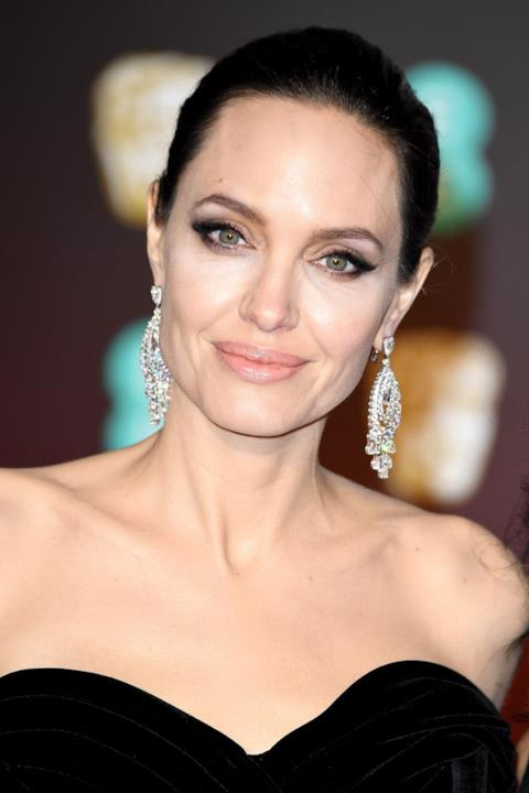 Primo piano di Angelina Jolie, celebrità del cinema mondiale