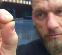 Jowan Osterlund, ex body piercer professionista, tiene fra le dita un chip da installare sottopelle