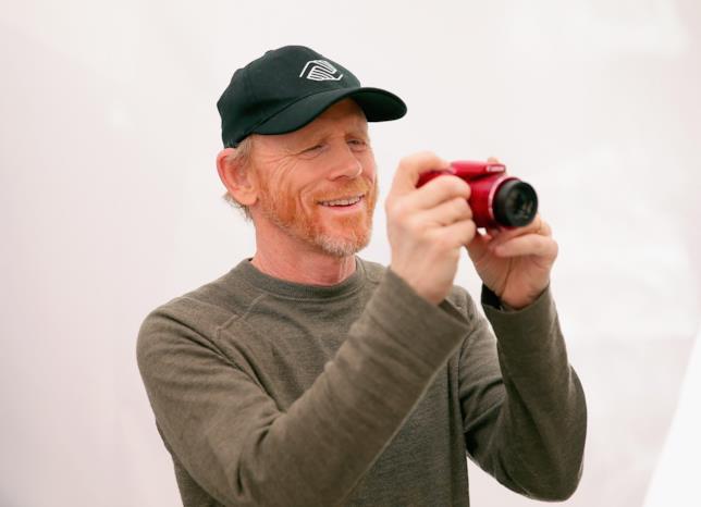 Un sorridente Ron Howard testa una macchina fotografica