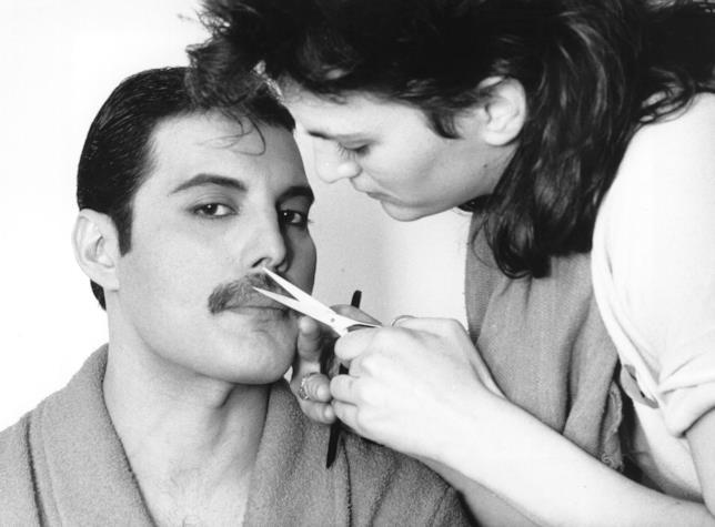 Freddie Mercury si fa tagliare i baffi