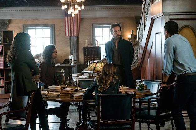 I protagonisti della serie riuniti intorno a un tavolo
