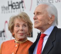 Anne Buydens e Kirk Douglas a un evento