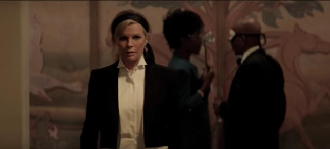 Kim Basinger è Mrs. Robinson in 50 Sfumature di Nero