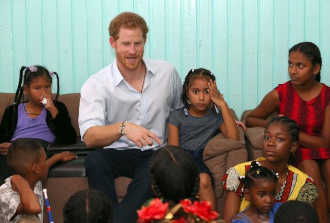 Il Principe Harry in compagnia di alcuni bambini africani