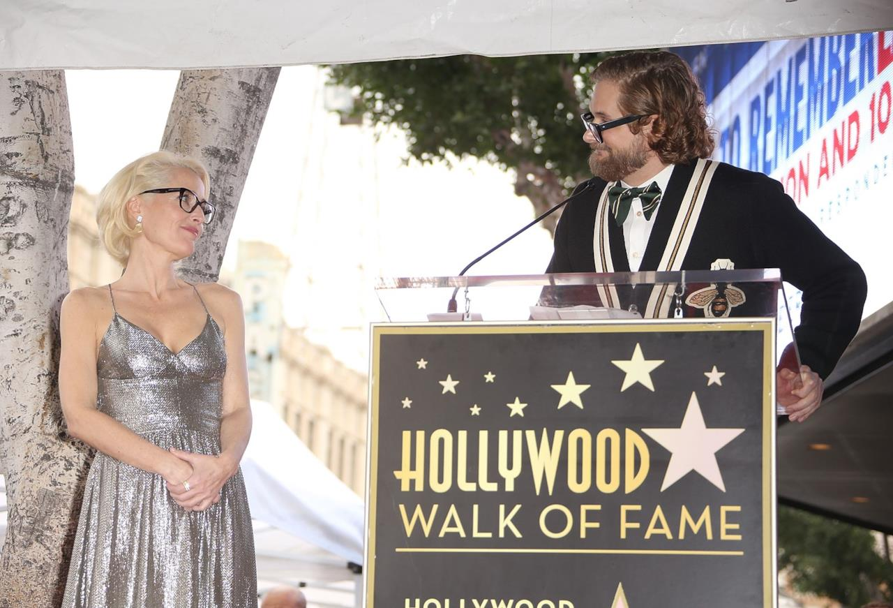Gillian Anderson in ascolto di Fuller