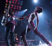 Rami Malek si esibisce come Freddie Mercury in una scena di Bohemian Rhapsody