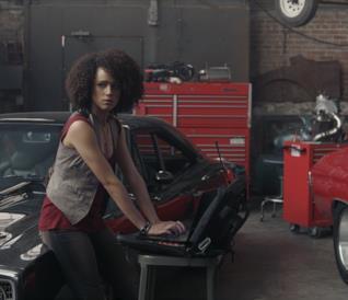Nathalie Emmanuel all'opera in una scena di Fast & Furious