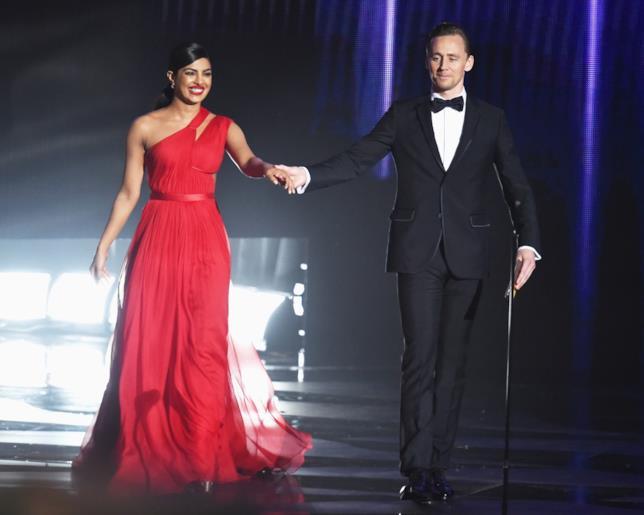 Priyanka Chpra e Tom Hiddleston agli Emmy 2016