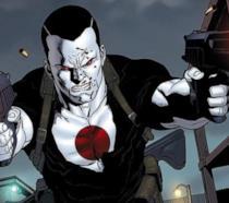 Mezzobusto disegnato di Bloodshot che spara con due pistole, su sfondo di impalcature