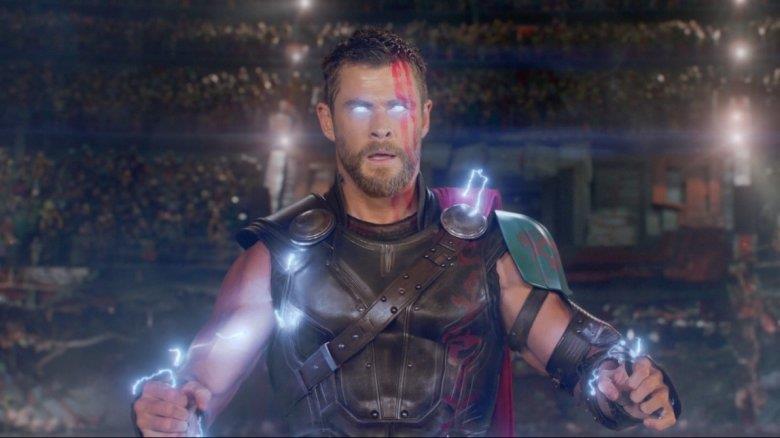 Thor mentre sprigiona la sua forza in una sequenza di Ragnarok