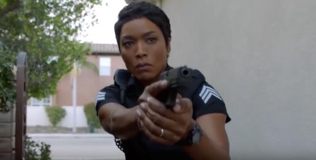 Angela Bassett con la pistola in una scena di 9-1-1