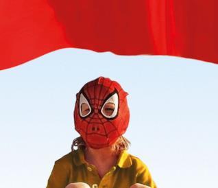 Un bambino con la maschera di Spider-Man