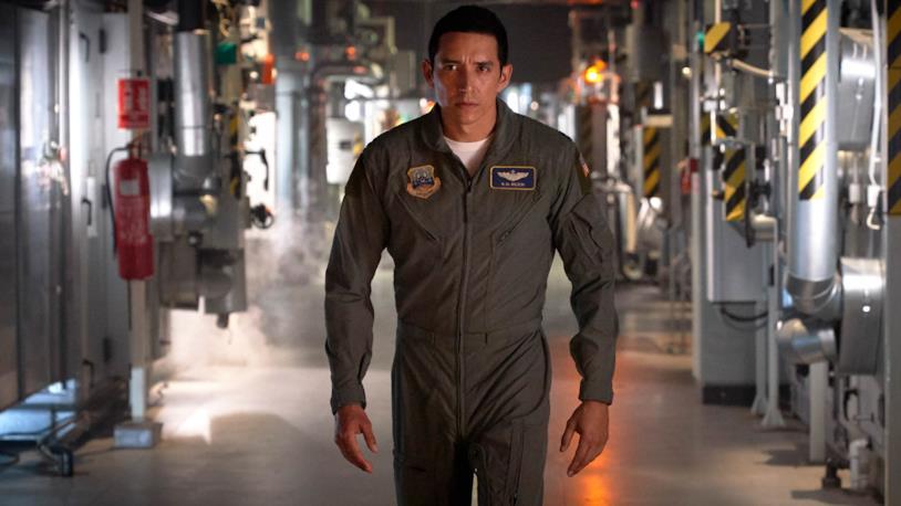Gabriel Luna in una scena di Terminator: Destino Oscuro, vestito con una tuta da militare
