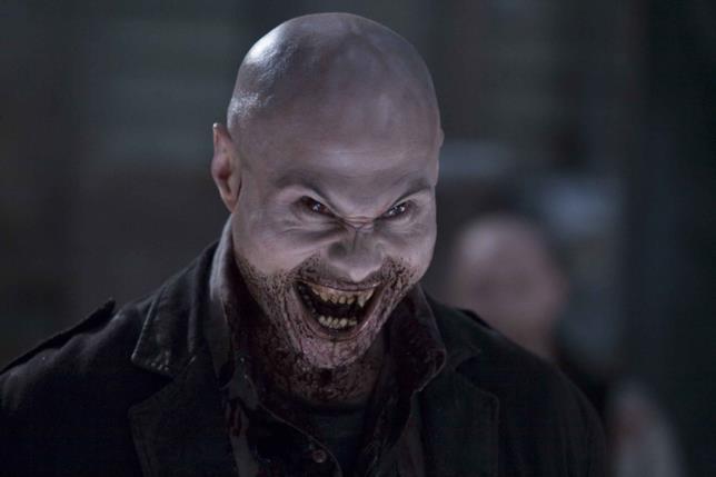 Una scena del film di 30 giorni di buio, con uno dei famelici vampiri