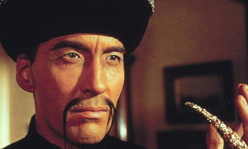 Un primo piano di Christopher Lee nel film Fu Manchu A.S.3: Operazione Tigre del 1965