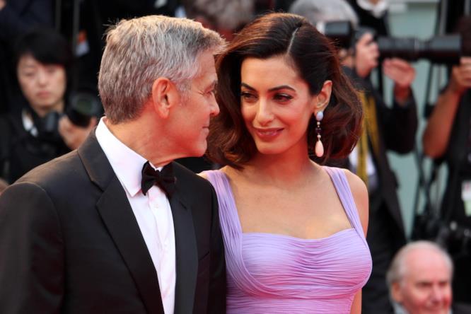 George Clooney e Amal Alamuddin si tengono per mano sul red carpet veneziano