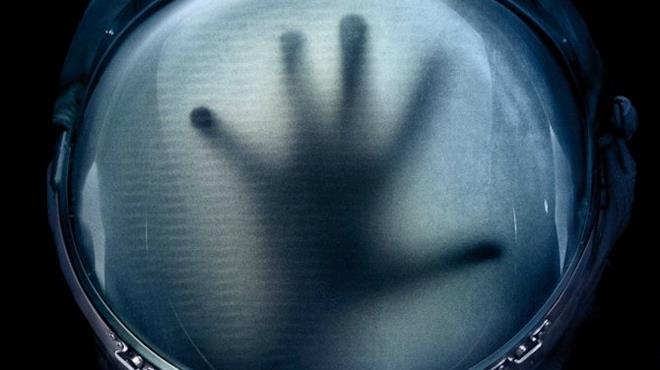 Un'immagine di Life - Non oltrepassare il limite con una mano dentro un casco d'astronauta