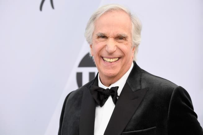 Henry Winkler sorride in smoking
