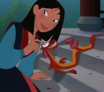 Mulan e il draghetto Mushu in una scena del lungometraggio animato Disney del 1998