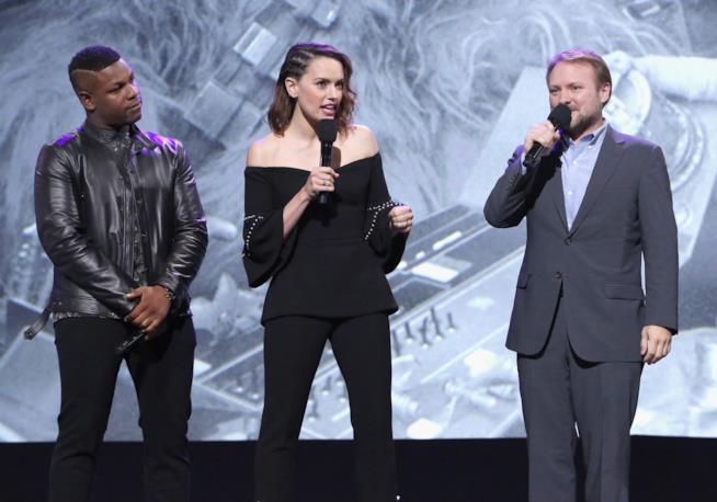 Gli attori John Boyega e Daisy Ridley col regista Rian Johnson