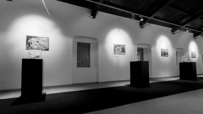 Foto in bianco e nere della mostra di Impronte