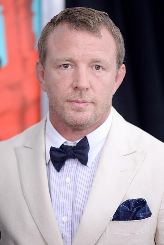 Guy Ritchie elegante in primo piano