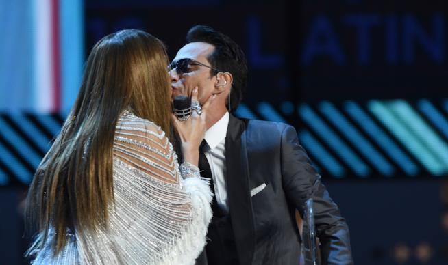 Il bacio di Jennifer Lopez a Marc Anthony