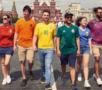 Sei attivisti LGBT ricreano con le loro maglie sportive la bandiera rainbow