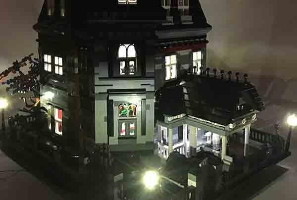 Alcuni led funzionanti  nella casa della famiglia Addams di LEGO
