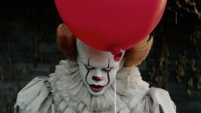 Bill Skarsgård nei panni di Pennywise nel film IT
