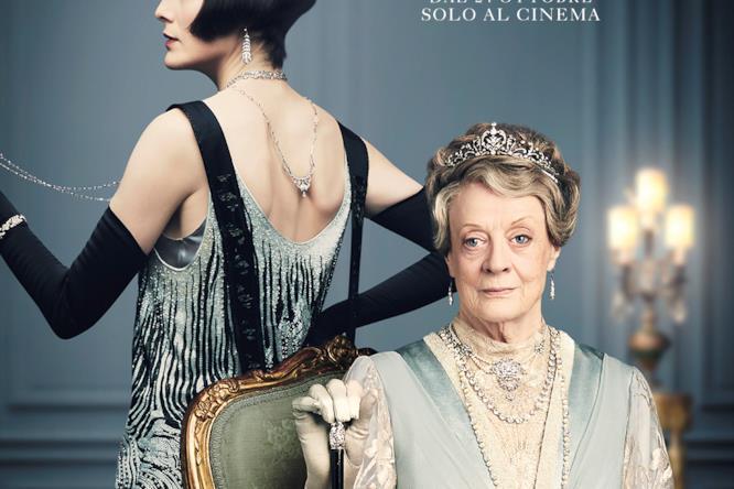 Lady Mary Talbot mostra le spalle e il profilo con un abito tipico degli anni '20, Violet Crawley è seduta, reggendosi al suo bastone. Questa indossa diversi gioielli.