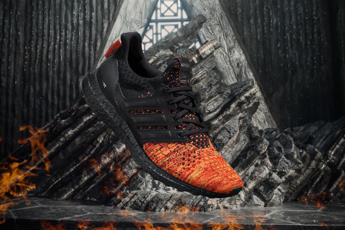 Una veduta laterale-frontale delle scarpe dedicate ai Targaryen da Adidas