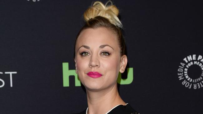 Kaley Cuoco con i capelli raccolti a un evento di gala