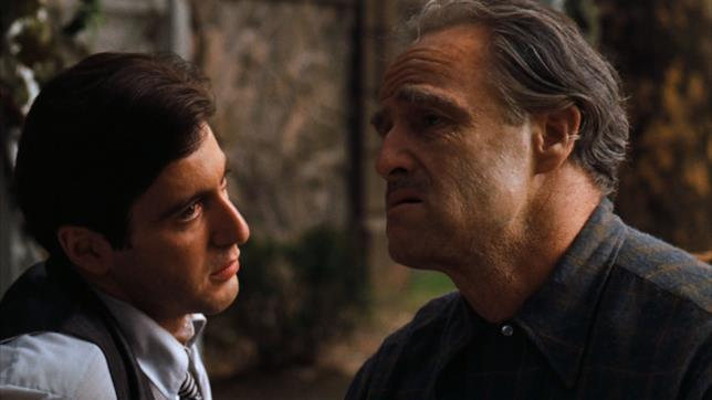 Marlon Brando accanto ad Al Pacino in una scena de Il padrino