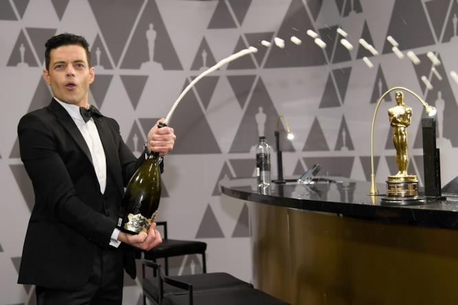 Rami Malek festeggia la vittoria con fiumi di champagne