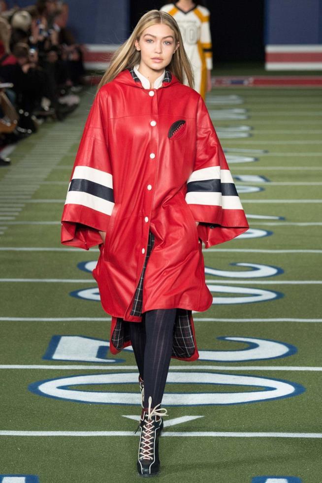Il poncho rosso indossato da Gigi Hadid per Tommy Hilfiger