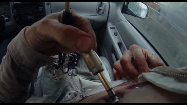 Protagonista del film Hardcore si infila degli spinotti in corpo