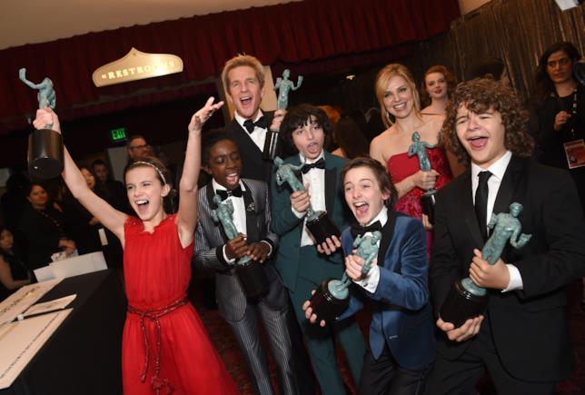 Il giovane cast di Stranger Things festeggia il suo SAG Award