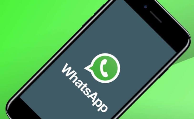 Disegno di uno smartphone con logo WhatsApp