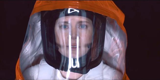 Amy Arrival protetta da una tuta e un casco in Arrival