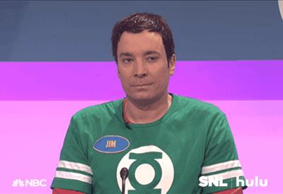 Jimmy Fallon con una delle magliette di Sheldon