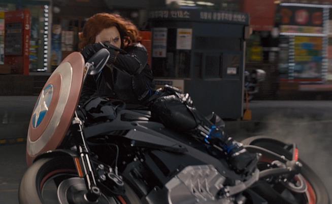 Vedova Nera in sella a una Harley-Davidson elettrica in Avengers: Age of Ultron