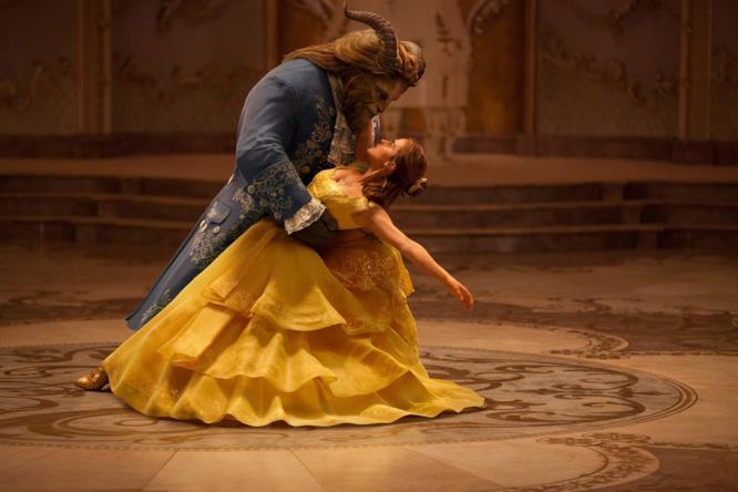 Dan Stevens ed Emma Watson nella scena del ballo de La Bella e la Bestia