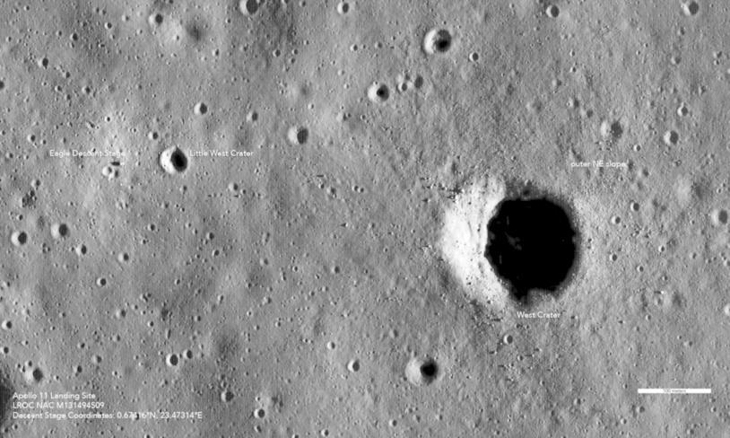 Uno scatto dall'alto del suolo lunare dov'è avvenuto l'atterraggio di Armstrong e Aldrin